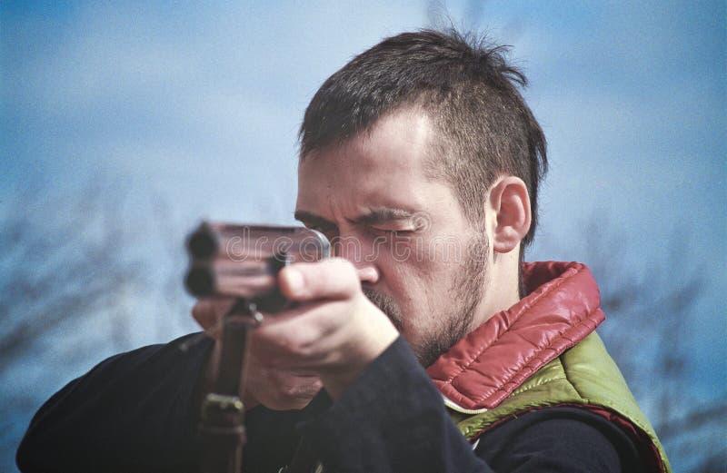 Cazador que apunta la escopeta imagenes de archivo