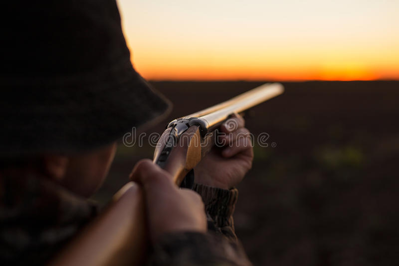 Cazador que apunta la escopeta imagen de archivo