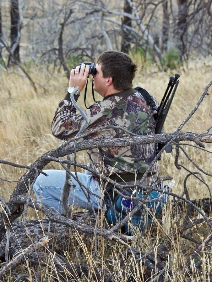Cazador que explora para los ciervos fotos de archivo