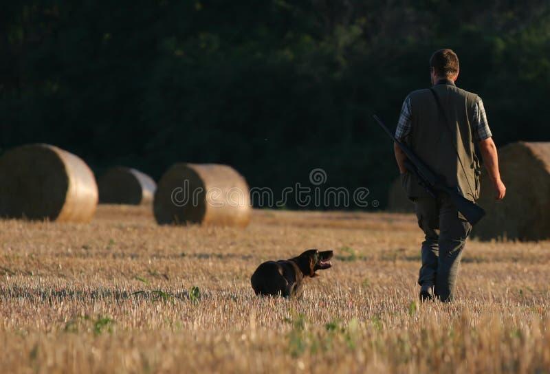 Cazador y su perro imagen de archivo libre de regalías