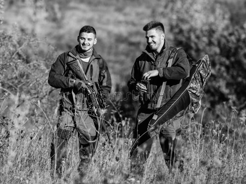 Cazadores del hombre con el arma del rifle Boot Camp Habilidades de la caza y equipo del arma C?mo caza de la vuelta en la afici? imágenes de archivo libres de regalías