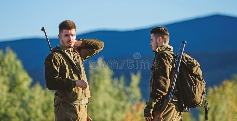 Cazadores del hombre con el arma del rifle Boot Camp Moda del uniforme militar Amistad de los cazadores de los hombres Fuerzas de imágenes de archivo libres de regalías