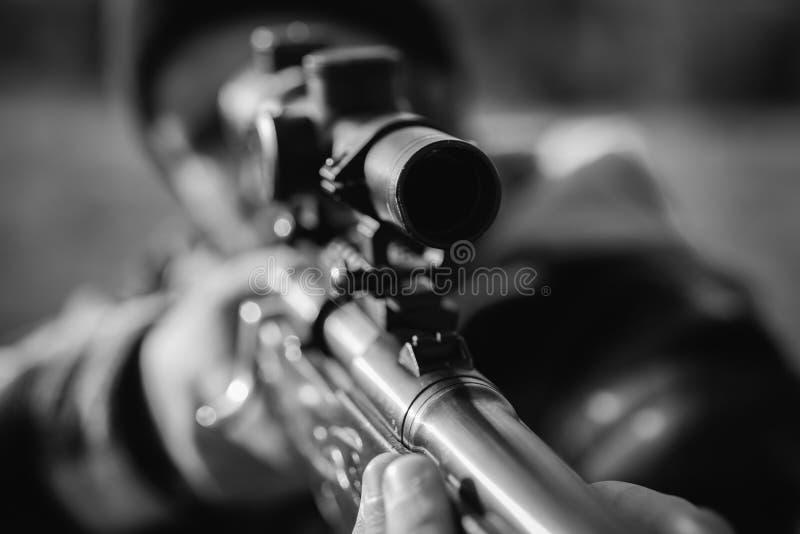 Cazando cazador furtivo en la caza forestal con escopeta en caza Fusil de puntería de cazador en el bosque Negro y foto de archivo