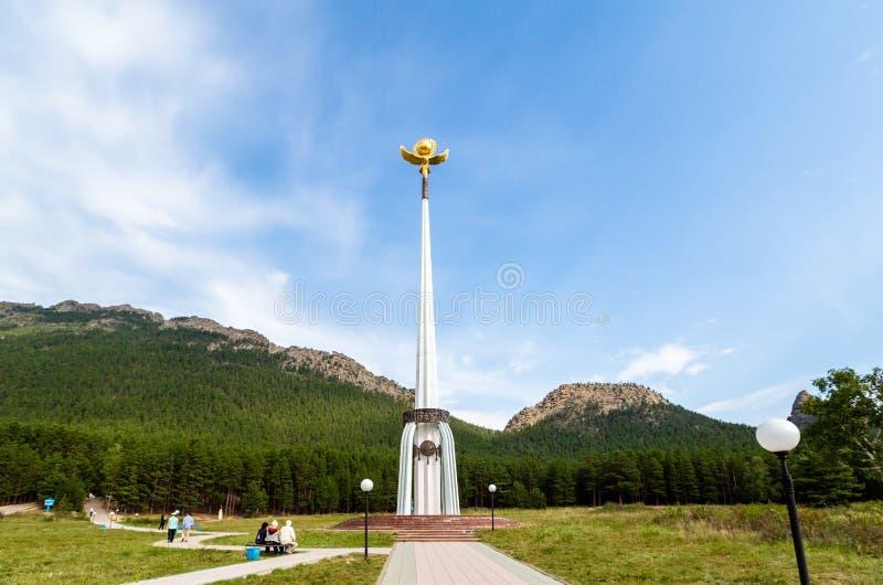 CAZAQUISTÃO - 26 de agosto de 2016: Um stele da independência perto do lago Borovoye imagem de stock royalty free