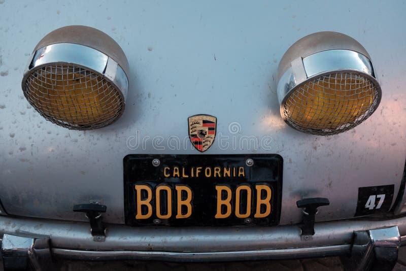 Cazaquistão, Kostanay, 19-06-19, reagrupa Peking a Paris O emblema de um carro Porsche do vintage Close-up de uma peça de um carr fotos de stock royalty free