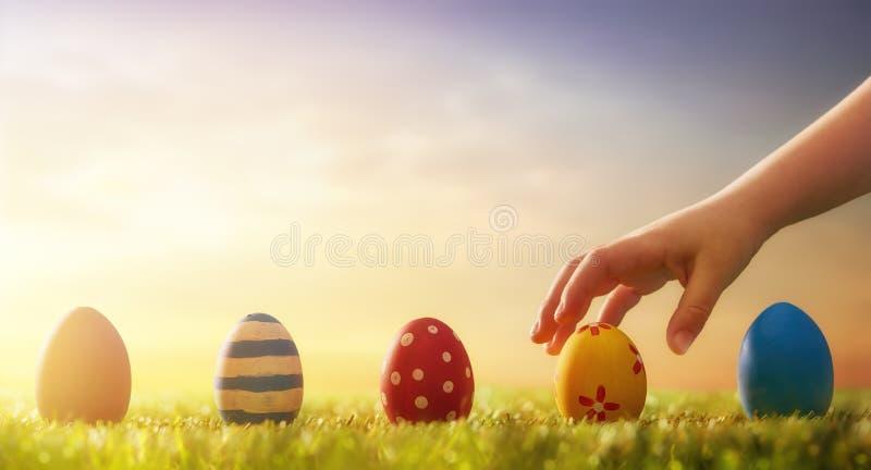 Cazas del niño para los huevos de Pascua fotos de archivo libres de regalías