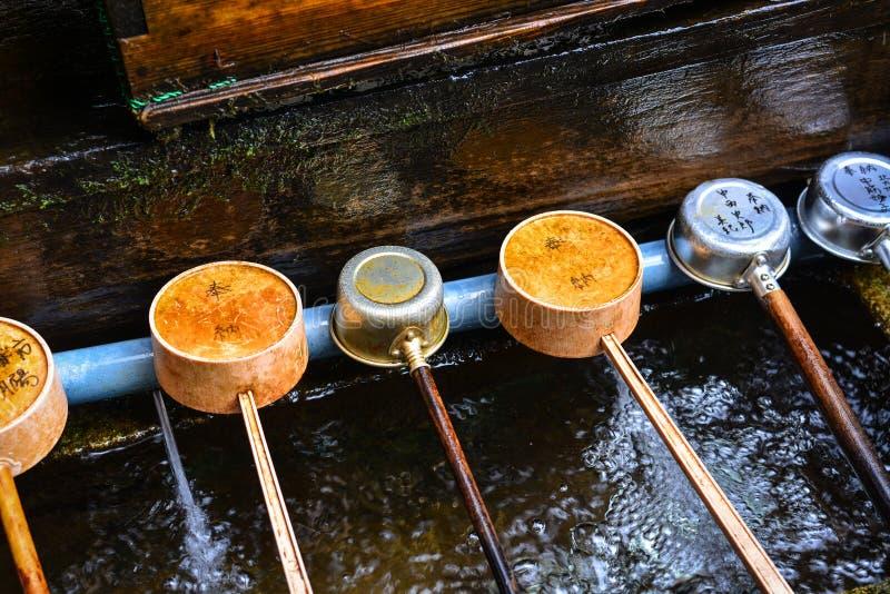 Cazos del agua en el templo japonés fotos de archivo