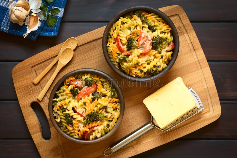 Cazuela cocida de las pastas, del bróculi y del tomate imagenes de archivo