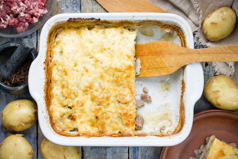 Cazuela de la carne y de la patata, empanada del pastor, receta de las lasañas imagen de archivo
