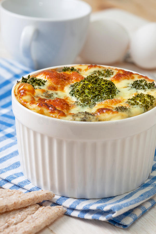 Cazuela del bróculi con los huevos fotos de archivo