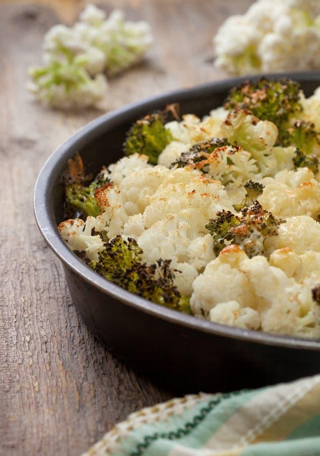 Cazuela del bróculi y de la coliflor foto de archivo