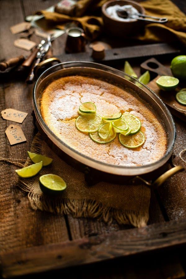 Cazuela, pudín, pastel de queso, tarta, empanada o crema batida hecha en casa con la cal en el top en el plato que cuece de crist fotografía de archivo