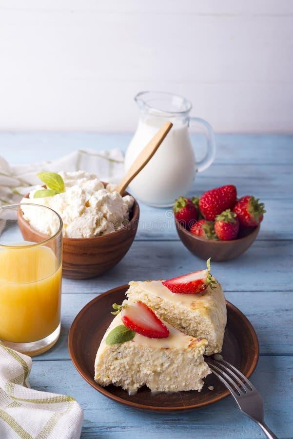 Cazuela sana del requesón del desayuno con el jugo fotografía de archivo libre de regalías