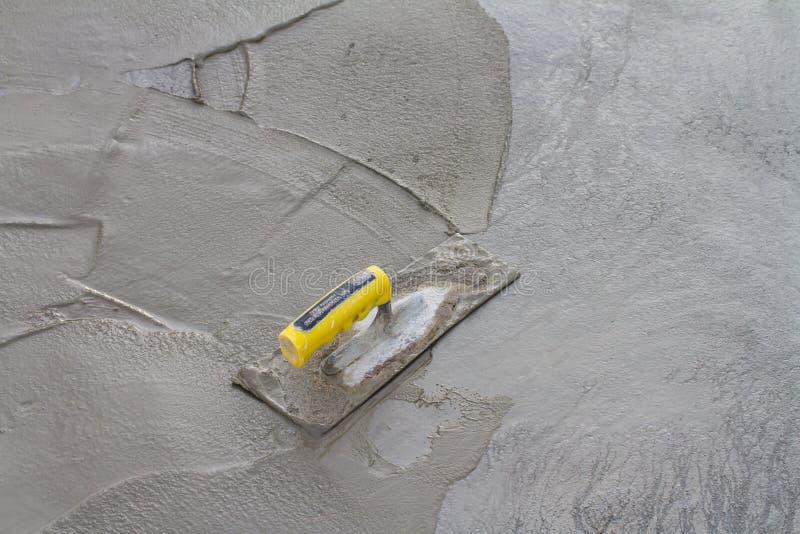 Cazzuola su calcestruzzo fresco sul cantiere fotografie stock libere da diritti