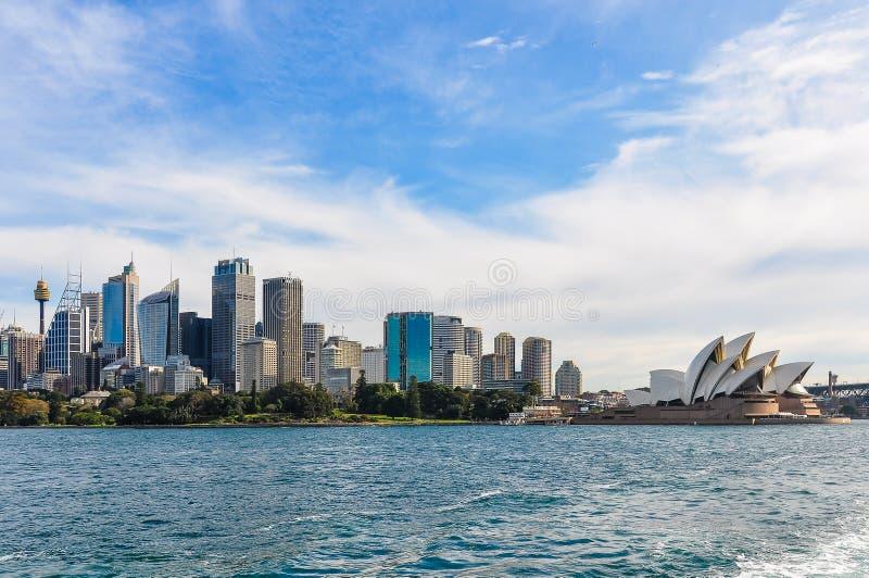 CBD и опера от мужественного парома в Сиднее, Австралии стоковое фото rf
