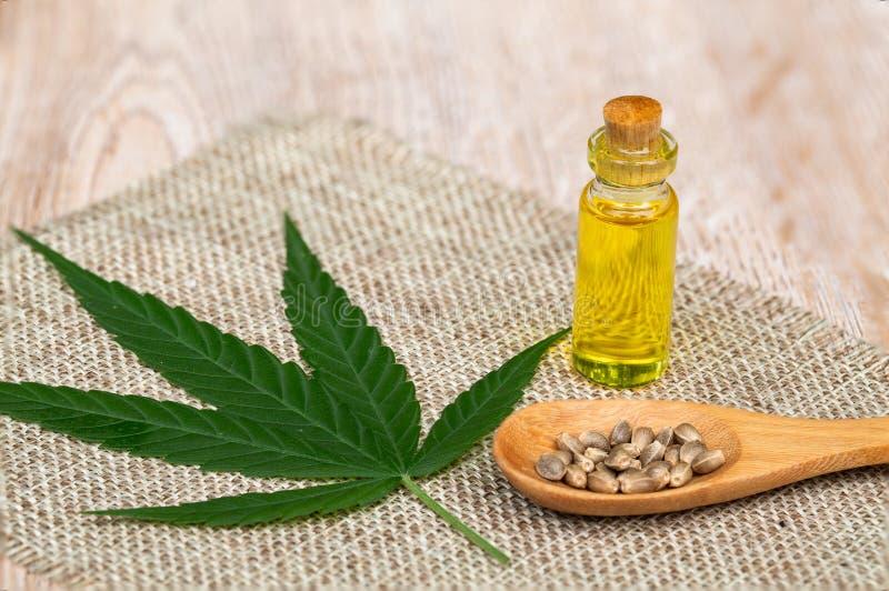 Cbd do óleo de cânhamo, erva do cannabis e folhas para o tratamento, extrato do óleo de cânhamo imagens de stock royalty free