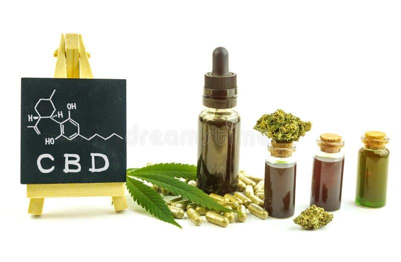 CBD-oliën, bloemknoppen en pillen met klein bord met de moleculaire structuur van Cannabidiol stock afbeelding