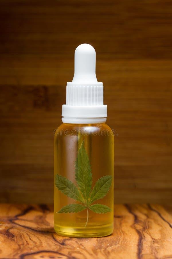 CBD-olja i en droppglassflaska royaltyfri foto