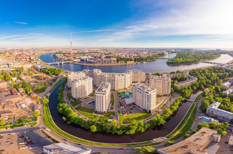 CC$PETERSBURG ROSJA, Czerwiec, - 3, 2019: Piękny powietrzny odgórny widok przy nowego elity mieszkaniowym powikłanym brzeg rzekim zdjęcia royalty free