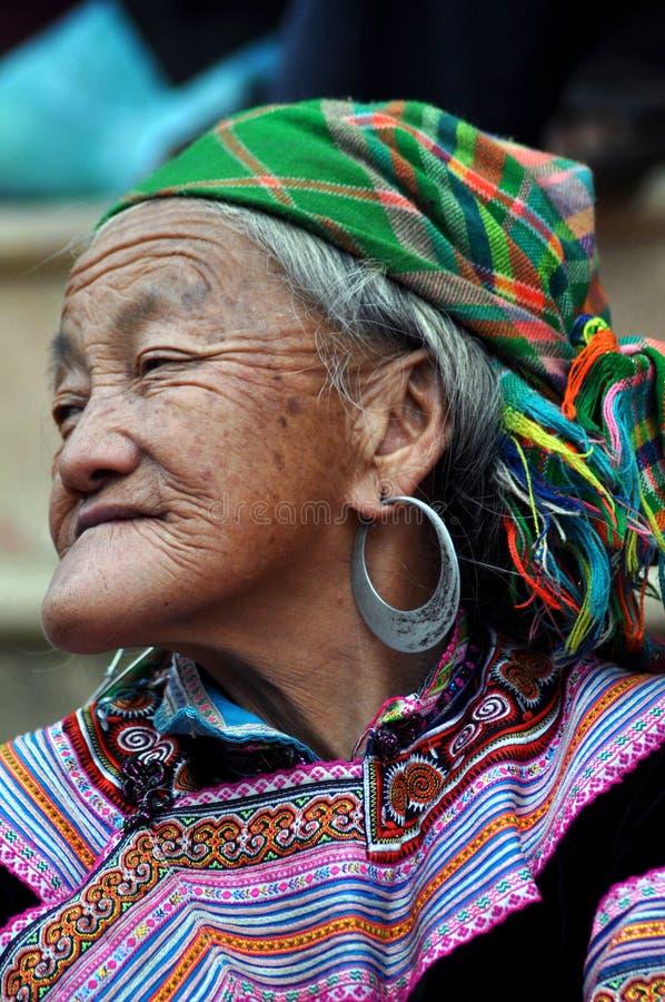 Mulher preta no mercado do CCB Ha, Vietnam da minoria de H'mong imagem de stock royalty free