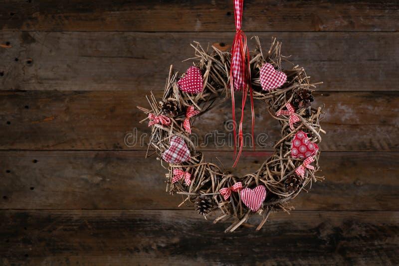 CCB rustique décoré de coeurs blancs rouges de tissu de guirlande de Noël vieux images stock