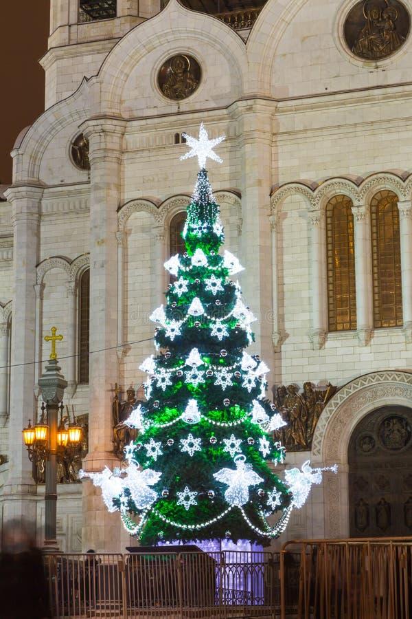 CChristmasboom in het vierkant vóór de Kathedraal van Christus de Verlosser in Moskou Rusland royalty-vrije stock fotografie