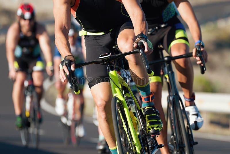 Cclings-Wettbewerbs-Radfahrer aythletes, die ein Rennen reiten lizenzfreies stockfoto