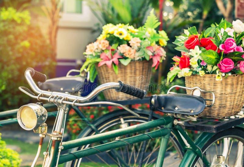 Cclose encima de la bicicleta del vintage con el ramo florece en cesta fotografía de archivo libre de regalías