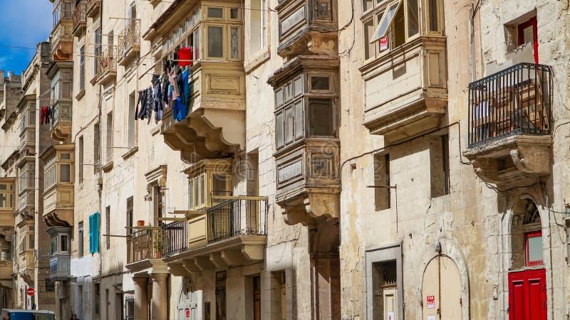 Ccolourful balkonger i den forntida staden av Valletta, Malta royaltyfria foton