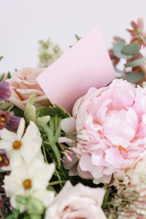 Ccopy Raum der Karte Hochzeitsblumenstrauß der weißen Flieder, der Rosen, der Pfingstrose und der Butterblume auf einem Holztisch lizenzfreie stockfotos