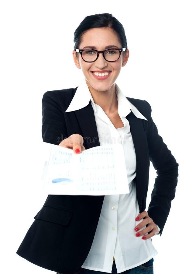 Ccorporate dam som ger hennes finansiella rapporter arkivfoto