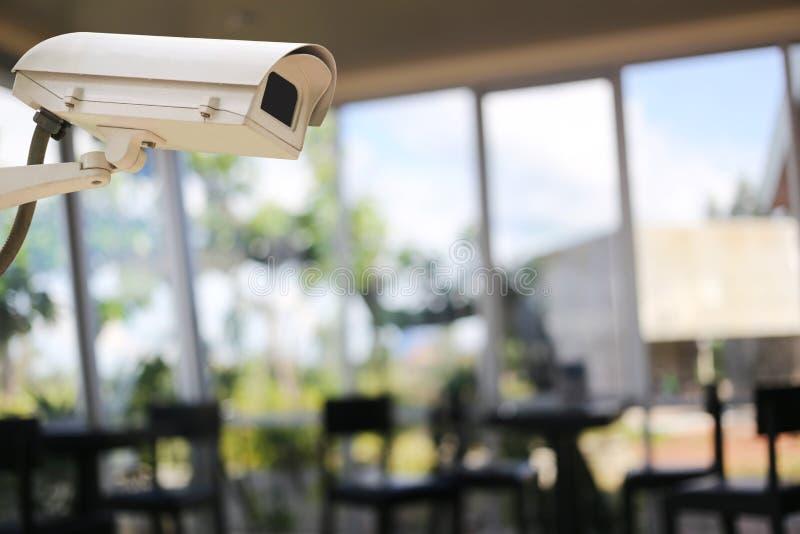 CCTV在人迷离背景的照相机纪录咖啡馆的 免版税库存照片