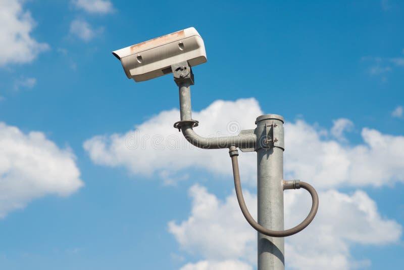 CCTV安全监控相机在天空背景中 库存图片