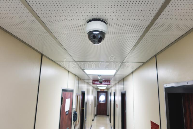 CCTV系统安全照相机或cctv照相机在天花板在apartme 免版税图库摄影
