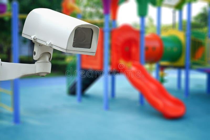 CCTV闭路的照相机,在幼儿园学校操场的电视监视室外为孩子孩子 免版税库存图片