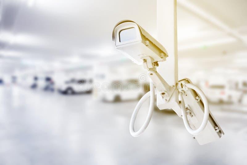 Cctv-Überwachungskamera mit Autoparkhintergrund stockbilder