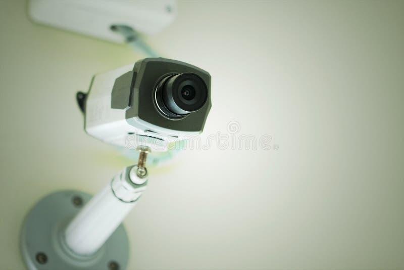 CCTV ή κάμερα ασφαλείας που εγκαθίσταται στο άσπρο ανώτατο όριο στοκ εικόνες με δικαίωμα ελεύθερης χρήσης