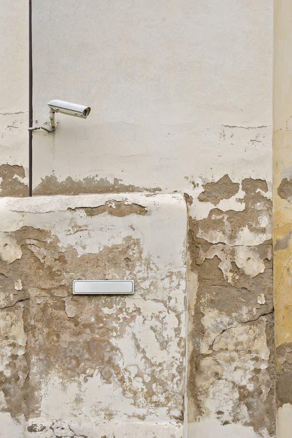 CCTV камеры слежения и металлическая пластина для имени улицы на стене стоковая фотография rf