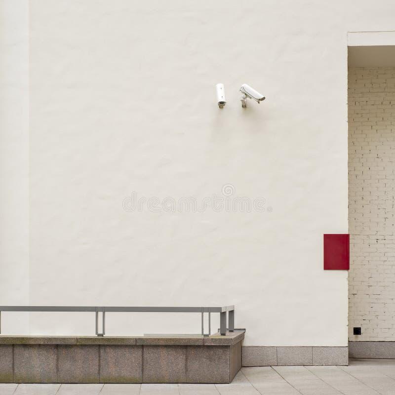 CCTV 2 камер слежения на стене стоковое изображение