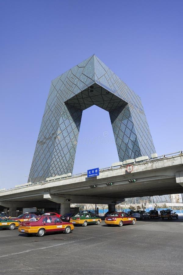CCTV размещает штаб с такси, Пекином, Китаем стоковое изображение rf