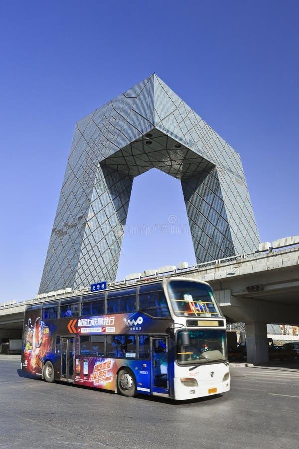 CCTV размещает штаб с шиной на переднем плане, Пекине, Китае стоковое фото rf