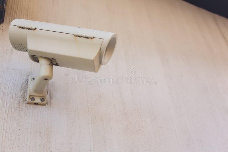 Κάμερα ή επιτήρηση CCTV που εγκαθίσταται στον τοίχο στοκ εικόνα