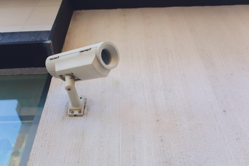 Κάμερα ή επιτήρηση CCTV που εγκαθίσταται στον τοίχο στοκ φωτογραφία με δικαίωμα ελεύθερης χρήσης