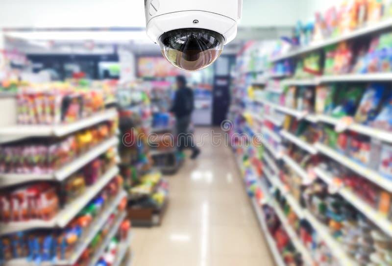CCTV auf Shopsupermarkt auf undeutlichem Hintergrund stockfotos