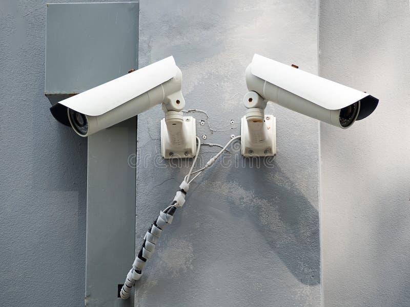 CCTV blanco y x28; Circuito cerrado TV& x29; supervisión de seguridad de la cámara en la pared del cemento fotos de archivo libres de regalías