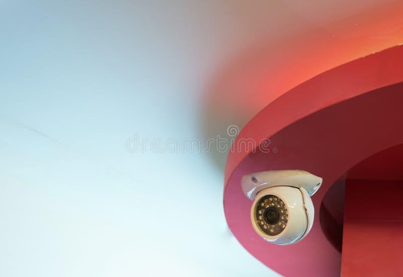 CCTV, câmera interior de circuito fechado no teto imagens de stock
