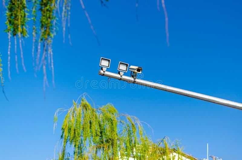 CCTV de la cámara de seguridad de la supervisión de tráfico sobre la intersección de la calle en cielo azul fotografía de archivo