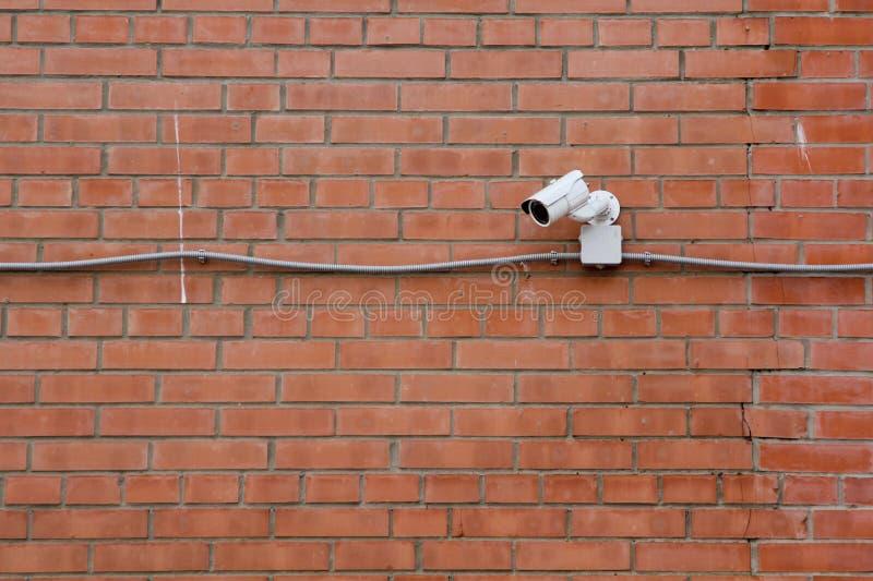 CCTV en la pared de ladrillo fotografía de archivo