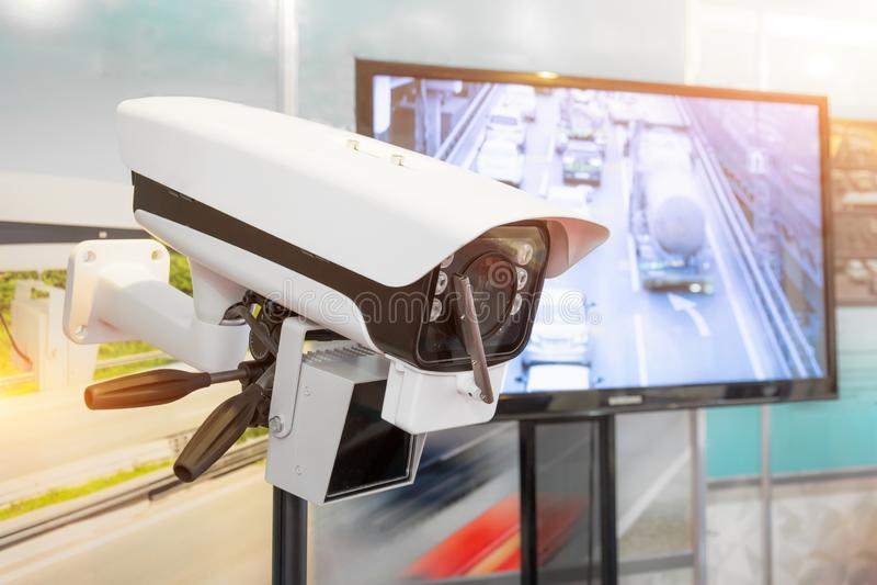 CCTV för bevakning för trafiksäkerhetskamera på vägen i storstaden arkivfoto