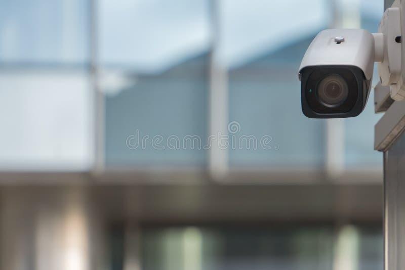 CCTV kamera bezpieczeństwa na nowożytnej budynek ścianie w mieście obrazy royalty free